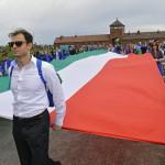 A Nemzetközi Élet Menete felvonulás magyar résztvevői egy magyar zászlóval az egykori auschwitzi koncentrációs táborból az egykori birkenaui haláltáborba mennek a holokauszt emléknapja alkalmából a lengyelországi Oswiecimben 2014. április 28-án. A menet élén ebben az évben a magyarok mentek a magyar holokauszt 70. évfordulója miatt. (MTI/EPA/Jacek Bednarczyk)