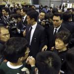 Pak Gun Hje dél-koreai elnök az elsüllyedt Szevol dél-koreai komphajó áldozatainak rokonaival a dél-koreai Anszan város Olimpiai Emlékmúzeumában 2014. április 29-én. A balesetben több mint 300-an, főként diákok és tanárok haltak meg vagy tűntek el. Az azonosított áldozatok hivatalos száma vasárnap 193-ra módosult a korábbi 187-ről. A túlélők mindössze 174-en vannak. (MTI/EPA/Yonhap)