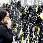 A gyászolók egyike az elsüllyedt Szevol dél-koreai komphajó áldozatainak virágokkal díszített oltára előtt a dél-koreai Anszan Olimpiai Emlékmúzeumában 2014. április 30-án. A balesetben több mint 300-an, főként diákok és tanárok haltak meg vagy tűntek el. Az azonosított áldozatok hivatalos száma 193-ra módosult a korábbi 187-ről. A túlélők mindössze 174-en vannak. (MTI/EPA/Dzson Hon Kjun)