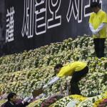 Munkások díszítik a Szevol dél-koreai komphajó áldozatainak virágokkal díszített oltárát a dél-koreai Anszan Olimpiai Emlékmúzeumában 2014. április 30-án. A balesetben több mint 300-an, főként diákok és tanárok haltak meg vagy tűntek el. Az azonosított áldozatok hivatalos száma 193-ra módosult a korábbi 187-ről. A túlélők mindössze 174-en vannak. (MTI/EPA/Dzson Hon Kjun)