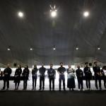 Hozzátartozók sorakoznak a Szevol dél-koreai komphajó áldozatainak virágokkal díszített oltára előtt a dél-koreai Anszan Olimpiai Emlékmúzeumában 2014. április 30-án. A balesetben több mint 300-an, főként diákok és tanárok haltak meg vagy tűntek el. Az azonosított áldozatok hivatalos száma 193-ra módosult a korábbi 187-ről. A túlélők mindössze 174-en vannak. (MTI/EPA/Dzson Hon Kjun)