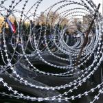 """Szögesdrót az oroszbarát tüntetők barikádján a kelet-ukrajnai Donyeck megye önkormányzatának tüntetők által megszállt épületénél Donyeckben 2014. április 7-én. Az oroszbarát szeparitisták ezen a napon kikiáltották a """"független donyecki köztársaságot"""", amely a döntésük értelmében csatlakozik Oroszországhoz. (MTI/AP/Andrej Baszevics)"""