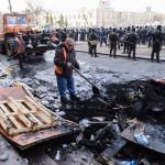 Városi alkalmazottak takarítanak a megyei adminisztráció épülete előtt a kelet-ukrajnai Harkivban 2014. április 8-án, az Ukrajnától való elszakadását követelő oroszbarát aktivisták eltávolítása után.  (MTI/AP/Olga Ivascsenko)
