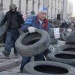 Oroszbarát aktivisták barikádot építenek a megyei közigazgatás általuk elfoglalt épülete előtt, Donyeckben 2014. április 8-án. (MTI/AP/Efrem Lukackij)