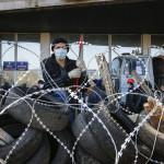 Oroszbarát aktivista őrködik a megyei közigazgatás elfoglalt épülete elé épített barikádnál, Donyeckben 2014. április 8-án. (MTI/AP/Andrej Baszevics)