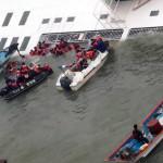 A Mokpói Parti Őrség videofelvételéről készített képen a süllyedő Szevol személyhajóról mentik az utasokat a dél-koreai Dzsindo partjai előtt 2014. április 16-án. A több mint 470 embert – köztük 325 középiskolást – szállító hajó később teljesen elsüllyedt. (MTI/AP/Yonhap/Hjung Min Vu)