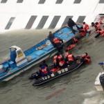 A Mokpói Parti Őrség videofelvételéről készített képen a süllyedő Szevol személyhajóról mentik az utasokat a dél-koreai Dzsindo partjai előtt 2014. április 16-án. A több mint 470 embert – köztük 325 középiskolást – szállító hajó később teljesen elsüllyedt. (MTI/Mokpói Parti Őrség/Yonhap)