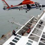 A News Y videofelvételéről készített képen a süllyedő Szevol személyhajóról mentik az utasokat a dél-koreai Dzsindo partjai előtt 2014. április 16-án. A több mint 470 embert – köztük 325 középiskolást – szállító hajó később teljesen elsüllyedt. (MTI/AP/News Y/Yonhap)
