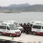Az elsüllyedt Szevol dél-koreai komphajóból kiemelt holttesteket viszik a dél-koreai Csinto kikötőjében 2014. április 22-én, hat nappal a hajószerencsétlenség után. (MTI/AP/Ahn Jang Dzsun)