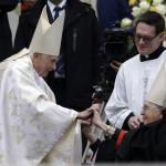 XVI. Benedek nyugalmazott pápa (b) érkezik XXIII. János pápa és II. János Pál pápa szentté avatási ünnepségére a vatikáni Szent Péter téren 2014. április 27-én. (MTI/AP/Andrew Medichini)