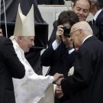 XVI. Benedek nyugalmazott pápa (b) és Giorgio Napolitano olasz elnök (j) kezet fog XXIII. János pápa és II. János Pál pápa szentté avatási ünnepsége előtt a vatikáni Szent Péter téren 2014. április 27-én. (MTI/AP/Andrew Medichini)