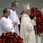 Ferenc pápa (j) XXIII. János pápa és II. János Pál pápa szentté avatási miséjét celebrálja a vatikáni Szent Péter téren 2014. április 27-én. (MTI/AP/Gregorio Borgia)