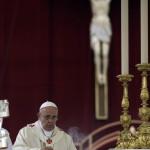 Ferenc pápa XXIII. János pápa és II. János Pál pápa szentté avatási miséjét celebrálja a vatikáni Szent Péter téren 2014. április 27-én. (MTI/AP/Andrew Medichini)