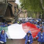 A Nemzetközi Élet Menete felvonulás magyar résztvevői egy magyar zászlóval az egykori auschwitzi koncentrációs táborból az egykori birkenaui haláltáborba indulnak a holokauszt emléknapja alkalmából a lengyelországi Oswiecimben 2014. április 28-án. A menet élén ebben az évben a magyarok mennek a magyar holokauszt 70. évfordulója miatt. (MTI/AP/Czarek Sokolowski)