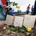 A Nemzetközi Élet Menete felvonulás magyar résztvevői mécsest gyújtanak és virágot tesznek le vasúti sínek között az egykori auschwitzi koncentrációs táborból az egykori birkenaui haláltáborba vonulás közben a holokauszt emléknapja alkalmából a lengyelországi Oswiecimben 2014. április 28-án. A menet élén ebben az évben a magyarok mentek a magyar holokauszt 70. évfordulója miatt. (MTI/AP/Czarek Sokolowski)