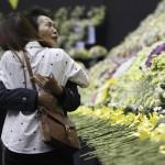 Gyászolók az elsüllyedt Szevol dél-koreai komphajó áldozatainak virágokkal díszített oltára előtt a dél-koreai Anszan város Olimpiai Emlékmúzeumában 2014. április 29-én. A balesetben több mint 300-an, főként diákok és tanárok haltak meg vagy tűntek el. Az azonosított áldozatok hivatalos száma vasárnap 193-ra módosult a korábbi 187-ről. A túlélők mindössze 174-en vannak. (MTI/AP/An Jung Dzsun)