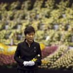 Pak Gun Hje dél-koreai elnök az elsüllyedt Szevol dél-koreai komphajó áldozatainak virágokkal díszített oltára előtt a dél-koreai Anszan város Olimpiai Emlékmúzeumában 2014. április 29-én. A balesetben több mint 300-an, főként diákok és tanárok haltak meg vagy tűntek el. Az azonosított áldozatok hivatalos száma vasárnap 193-ra módosult a korábbi 187-ről. A túlélők mindössze 174-en vannak. (MTI/AP/Yonhap)