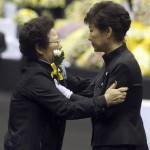 Pak Gun Hje dél-koreai elnök (j) egy hozzátartozóval az elsüllyedt Szevol dél-koreai komphajó áldozatainak virágokkal díszített oltára előtt a dél-koreai Anszan város Olimpiai Emlékmúzeumában 2014. április 29-én. A balesetben több mint 300-an, főként diákok és tanárok haltak meg vagy tűntek el. Az azonosított áldozatok hivatalos száma vasárnap 193-ra módosult a korábbi 187-ről. A túlélők mindössze 174-en vannak. (MTI/AP/Yonhap)