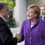 A Miniszterelnöki Sajtóiroda által közreadott felvételen Angela Merkel német kancellár fogadja Orbán Viktor miniszterelnököt Berlinben 2014.május 8-án. MTI Fotó: Miniszterelnöki Sajtóiroda / Burger Barna