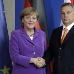 Angela Merkel német kancellár (b) fogadja Orbán Viktor miniszterelnököt a berlini kancellári hivatalban 2014. május 8-án. (MTI/AP/Michael Sohn)