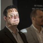 Joel Carnes, az XPRIZE Alapítvány alelnöke (b) és Andrew Barton, az XPRIZE Alapítvány elnöke a világ egyik legjelentősebb technológiai versenyének, a Google Lunar XPRIZE-nak a sajtótájékoztatóján a budapesti Design Terminálban 2014. június 3-án. MTI Fotó: Mohai Balázs