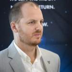 Andrew Barton, az XPRIZE Alapítvány elnöke a világ egyik legjelentősebb technológiai versenyének, a Google Lunar XPRIZE-nak a sajtótájékoztatóján a budapesti Design Terminálban 2014. június 3-án. MTI Fotó: Mohai Balázs