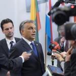 Brüsszel, 2014. június 27. A Miniszterelnöki Sajtóiroda által közreadott képen Orbán Viktor miniszterelnök (k) újságíróknak nyilatkozik az EU-országok állam-, illetve kormányfőinek csúcstalálkozója után Brüsszelben 2014. június 27-én. A kormányfő mögött Havasi Bertalan, a Miniszterelnöki Sajtóiroda vezetője. MTI Fotó: Miniszterelnöki Sajtóiroda/Burger Barna