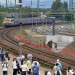 V43-as villanymozdony vontatta személyvonat érkezik Szob felől a váci vasútállomásra, jobbról a már átépített vágányok 2014. június 24-én. Folyamatosan adja át a kivitelező a váci vasútállomás egy éve tartó felújítása során eddig elkészült munkarészeket, júliustól újra a vasútállomás épületében, de már az új pénztáraknál lehet jegyet váltani. A teljes rekonstrukció egy év múlva készül el. MTI Fotó: Máthé Zoltán