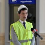 Loppert Dániel, a Nemzeti Infrastruktúra Fejlesztő (NIF) Zrt. kommunikációs igazgatója beszél a felújított váci vasútállomás pénztárcsarnokában 2014. június 24-én. Folyamatosan adja át a kivitelező a váci vasútállomás egy éve tartó felújítása során eddig elkészült munkarészeket, júliustól újra a vasútállomás épületében, de már az új pénztáraknál lehet jegyet váltani. A teljes rekonstrukció egy év múlva készül el. MTI Fotó: Máthé Zoltán