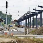 Korszerű, fedett és magas peronok, amelyeket a felújítás során alakítanak ki, a váci vasútállomáson 2014. június 24-én. Folyamatosan adja át a kivitelező a váci vasútállomás egy éve tartó felújítása során eddig elkészült munkarészeket, júliustól újra a vasútállomás épületében, de már az új pénztáraknál lehet jegyet váltani. A teljes rekonstrukció egy év múlva készül el. MTI Fotó: Máthé Zoltán
