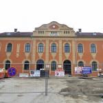 A felújítás alatt lévő váci vasútállomás épülete 2014. június 24-én. Folyamatosan adja át a kivitelező a váci vasútállomás egy éve tartó felújítása során eddig elkészült munkarészeket, júliustól újra a vasútállomás épületében, de már az új pénztáraknál lehet jegyet váltani. A teljes rekonstrukció egy év múlva készül el. MTI Fotó: Máthé Zoltán