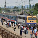 V43-as villanymozdony vontatta személyvonat érkezik Szob felől a váci vasútállomásra, jobbról a háttérben a már átépített vágányok 2014. június 24-én. Folyamatosan adja át a kivitelező a váci vasútállomás egy éve tartó felújítása során eddig elkészült munkarészeket, júliustól újra a vasútállomás épületében, de már az új pénztáraknál lehet jegyet váltani. A teljes rekonstrukció egy év múlva készül el. MTI Fotó: Máthé Zoltán