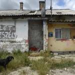 Lakóépületek Tatabánya mésztelepi városrészében 2014. június 20-án. Ezen a napon Czibere Károly, az Emberi Erőforrások Minisztériuma (Emmi) szociális ügyekért és társadalmi felzárkózásért felelős államtitkára látogatást tett az ezerkétszáz lakosú Mésztelepen. MTI Fotó: Kovács Tamás