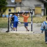 Gyerekek a focipályán Tatabánya mésztelepi városrészében 2014. június 20-án. Ezen a napon Czibere Károly, az Emberi Erőforrások Minisztériuma (Emmi) szociális ügyekért és társadalmi felzárkózásért felelős államtitkára látogatást tett az ezerkétszáz lakosú Mésztelepen. MTI Fotó: Kovács Tamás
