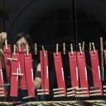 Egy érdeklődő az építőknek írt üzenetét csípteti fel egy zsinórra a 14. Velencei Nemzetközi Építészeti Biennále magyar pavilonjának kiállítása, az Építés/Building című tárlat megnyitóján 2014. június 5-én. MTI Fotó: Kallos Bea