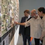 Gulyás Gábor nemzeti biztos (b), Jakab Csaba kurátor (k) és Hammerstein Judit kultúráért felelős helyettes államtitkár (j) a 14. Velencei Nemzetközi Építészeti Biennále magyar pavilonjának kiállítása, az Építés/Building című tárlat megnyitóján 2014. június 5-én. MTI Fotó: Kallos Bea