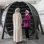 Érdeklődők beszélgetnek a 14. Velencei Nemzetközi Építészeti Biennále kuvaiti pavilonjában a velencei Arzenalén 2014. június 5-én. MTI Fotó: Kallos Bea
