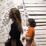Látogatók egy háromdimenziós alkotás előtt haladnak el a 14. Velencei Nemzetközi Építészeti Biennále török pavilonjában a velencei Arzenalén 2014. június 5-én. MTI Fotó: Kallos Bea
