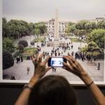 Érdeklődő egy tervrajzot fotóz a 14. Velencei Nemzetközi Építészeti Biennále török pavilonjában a velencei Arzenalén 2014. június 5-én. MTI Fotó: Kallos Bea
