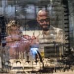 Érdeklődők egy installációt néznek a 14. Velencei Nemzetközi Építészeti Biennále Monditalia című kiállításán a velencei Arzenalén 2014. június 5-én. MTI Fotó: Kallos Bea