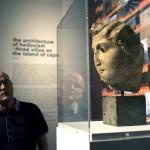 Érdeklődő egy szoborfejet néz a 14. Velencei Nemzetközi Építészeti Biennále Monditalia című kiállításán a velencei Arzenalén 2014. június 5-én. MTI Fotó: Kallos Bea