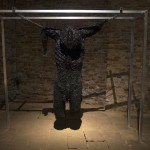 Egy érdeklődő Berszán Zsolt Decomposition című kiállításának megnyitóján Velencében 2014. június 6-án. A 14. Velencei Nemzetközi Építészeti Biennále magyar kiállításának kísérőtárlata az emberi test felbomlását kutatja. MTI Fotó: Kallos Bea