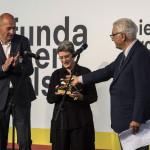 Phyllis Lambert kanadai építész átveszi az életműdíjat Paolo Barattától, a biennálé elnökétől (j) a 14. Velencei Nemzetközi Építészeti Biennálén 2014. június 7-én. Balra Rem Koolhaas, a biennále főkurátora. MTI Fotó: Kallos Bea