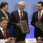 Brüsszel, 2014. június 27.  José Manuel Barroso, az Európai Bizottság elnöke (b2), Herman Van Rompuy, az Európai Tanács elnöke (b3) és Irakli Garibasvili grúz miniszterelnök (j), miután aláírták az Európai Unió és Grúzia közötti társulási és szabadkereskedelemről szóló dokumentumot az EU-országok állam-, illetve kormányfőinek csúcstalálkozóján Brüsszelben, Petro Porosenko ukrán elnök (b) társaságában 2014. június 27-én, a találkozó második napján. (MTI/EPA/Pool/Olivier Hoslet)