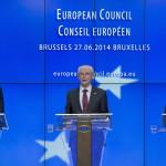 Brüsszel, 2014. június 27.  Antonisz Szamarasz görög miniszterelnök, Herman Van Rompuy, az Európai Tanács elnöke és José Manuel Barroso, az Európai Bizottság elnöke (b-j) sajtóértekezletet tart az EU-országok állam-, illetve kormányfőinek csúcstalálkozója után Brüsszelben 2014. június 27-én. Az Európai Tanács Jean-Claude Juncker volt luxemburgi kormányfőt jelölte az Európai Bizottság élére. (MTI/AP/Virginia Mayo)