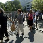 Demonstrálók, köztük Lendvai Ildikó volt szocialista pártelnök (b3) előláncot alkotnak A német megszállás áldozatainak emlékművénél Budapesten, a Szabadság téren 2014. július 20-án. MTI Fotó: Bruzák Noémi