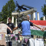 Demonstrálók előláncot alkotnak A német megszállás áldozatainak emlékművénél Budapesten, a Szabadság téren 2014. július 20-án. MTI Fotó: Bruzák Noémi