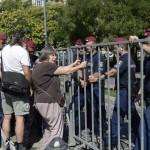 Magyar Fruzsina, Mécs Imre egykori szabad demokrata, majd szocialista országgyűlési képviselő felesége A német megszállás áldozatainak emlékművénél lévő kordonnál demonstrál a budapesti Szabadság téren 2014. július 20-án. MTI Fotó: Bruzák Noémi