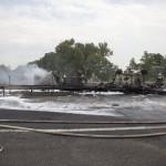 Kiegett üzemanyag-szállító kamion roncsai az M7-es autópályán Balatonfenyvesnél, a táskai pihenőhelynél 2014. július 30-án. A Nagykanizsa felé vezető oldalon, a 157-es kilométerszelvényben egy tartályos kamion - eddig tisztázatlan körülmények között - borult fel és gyulladt ki, a jármű vezetője a helyszínen életét vesztette.   MTI Fotó: Varga György