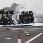 Tűzoltók dolgoznak egy kiegett üzemanyag-szállító kamion roncsainál az M7-es autópályán Balatonfenyvesnél, a táskai pihenőhelynél 2014. július 30-án. A Nagykanizsa felé vezető oldalon, a 157-es kilométerszelvényben egy tartályos kamion - eddig tisztázatlan körülmények között - borult fel és gyulladt ki, a jármű vezetője a helyszínen életét vesztette.    MTI Fotó: Varga György